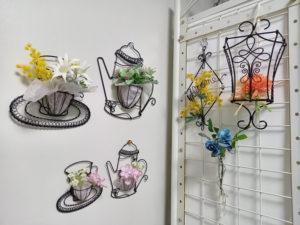 ワイヤークラフトの魅力は「自由に、様々なものを作り上げることができること」と小泉さん。花とのコラボも優雅に展開している(M工房提供)