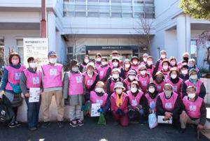 綱島地区センター前で、そろいの「桃色」ビブスを着用し約30人が作業前の記念撮影