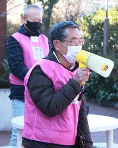 綱島地区連合自治会の佐藤会長(手前)、綱島地区センターの田川正人副館長(奥)も寒さに負けじと集まったボランティアへの感謝の言葉を述べていた