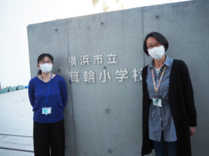前任地の日吉台小学校(日吉本町1)時代から卒業生を6年間見守ってきた大塚教務主任(右)も、待望の校歌の完成を喜んでいた