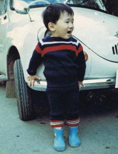 1960年代、幼少時の相沢淳さん。当時の日吉はまだ「砂利道」だったという(日吉堂薬局提供)