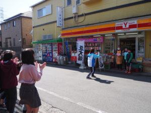 中津川教諭が記念撮影。同行した児童からは拍手も