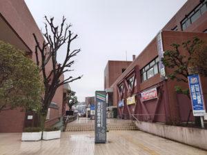 港北区役所と港北消防署と同じ建物なので、施設名としては港北区総合庁舎と称する(2021年3月、林宏美さん撮影)