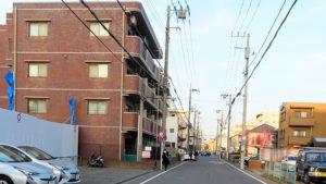新綱島駅に近い綱島東1丁目の住宅地ではマンション建設も(写真左側)