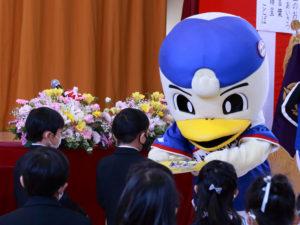 横浜F・マリノスのキャラクター・マリノスケから、新吉田小の新1年生にランドセルカバーが贈呈された(4月7日開催の入学式)