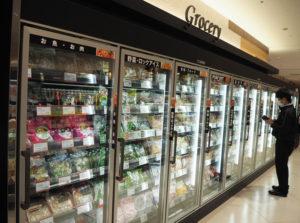 冷凍食品はすっきり壁面に移動。共働き世帯やファミリー層を意識した店舗運営を目指す