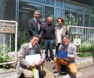 日吉台町内会ホームページの立ち上げに尽力した厚川さん、小野会長、佐藤さん、矢作副会長、大島さん(写真右より、日吉地区センター別館前で)