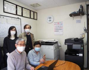 日吉本町東町会会館の事務所内。新しいパソコンの導入にあわせ、Wi-Fi化や、プリンターのリニューアル(リース)も別に実現。スマートフォンを手にする白鳥会長、桑原実さん、瀬戸さん、那須さん(写真右より)