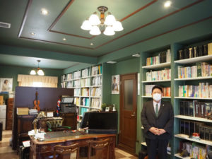 日吉駅から徒歩6分の日吉本町1丁目に新築された事務所に移転した加賀雅典さん。これまでよりも倍近い接客・応接スペースを確保することができた