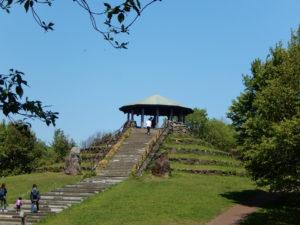 園内には、里の暮らしを伝える施設や、丘陵の起伏を利用した噴水や花壇、展望台などのレクリエ-ション施設を多く配置している(港北ボランティアガイドの会提供)