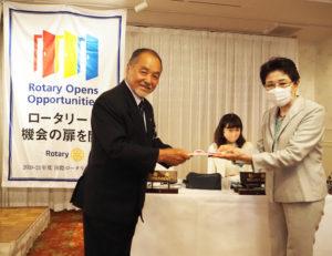 横浜日吉ロータリークラブの小嶋会長から、下田子育て応援会の岩城副代表に「目録」が手渡された(5月19日)