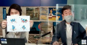 30年前に誕生した、幸せの青い鳥をモチーフにした綱島商店街のキャラクター「つなぴちちゃん」の多彩なイラストが誕生したことにも触れていた(FMサルース・港北FMの動画より)