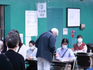 「予診票確認」コーナーでは、持参した「予診票」に記入漏れがないかのチェックが行われていた