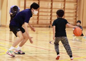 箕輪小学校で行われた「横浜ビー・コルセアーズ」学校訪問事業。ミニバスケットボールを習う学年の5年生約90人が、プロ選手との特別授業に臨んでいた(5月31日)