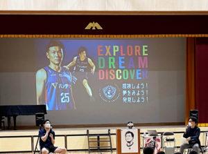 前半は「探検しよう!夢を見よう!発見しよう!」というテーマでトークを展開した竹田さん(左)