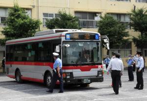行先の電光板に「東急」と表示された東急バス車両が駒林小の校庭に初登場