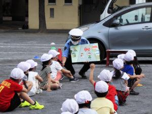 子どもたちの「目線」に合わせパネルを掲示する港北署員