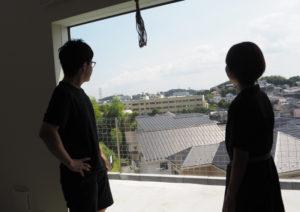 駒林小学校を見下ろす抜群の眺め。手前の「庭」スペースなどはこれからアレンジしていく予定