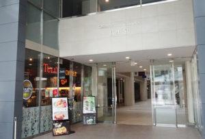 タリーズコーヒー慶應日吉店側から入った場合、さらに奥の左手、プールが見える「オープンスペース」となっている場所に新たに図書取次拠点を新設予定