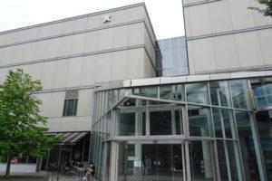 2008(平成20)年8月に完成した「協生館」は、地下鉄グリーンライン日吉駅1番出口からすぐの場所にある