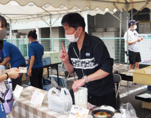日吉の老舗「遊ZENたつ吉」グループ(日吉本町1)からは、カツ丼、小籠包、特製唐揚げ3種盛りをセレクトし販売していました