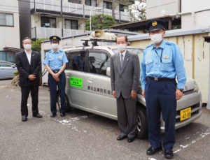 港北警察署生活安全課の白戸尚樹課長(左から2人目)、笠原真悟さん(最右)も参加。区内の防犯を呼び掛ける企業防犯協会のパトロール車と