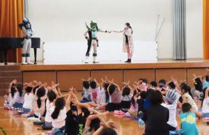 ご当地ヒーロー「横浜見聞伝スタージャン」を招き、下田小学校で行われた防犯教室の1コマ。知らない人にはついていかない、連れ去られそうになったら大きな声で叫ぶ、といった対応について身振り手振りで学んでいた(6月25日)