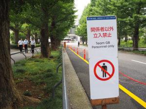 銀杏並木の歩道については通常どおり通行が可能。英国チーム向けの「専用歩道」を車道側に設置した