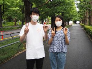 KEIO 2020プロジェクトで中心となり活躍してきた杉山佑さん(左)、大類なをみさんが指で「2020」のポーズ