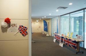 協生館には一部選手や関係者なども宿泊する。2階の英国チームが通る場所(専有ゾーン)には、学生が組織したKEIO 2020プロジェクトによる歓待のアレンジが行われていた