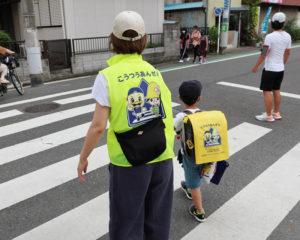 子の通学に同行する際に「黄色いベスト」を着用する運動が広がっている(大曽根小学校付近、7月15日)