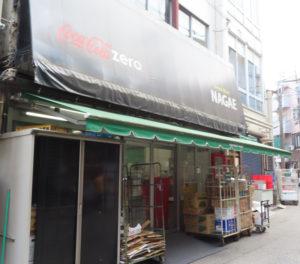 日吉駅とは反対側、北西側にもう一つの出入口がある。3つのビルがつながっており、店舗スペースはそのうち2棟にまたがるかたちで拡張したという