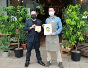 グリーンショップ・DIY工房「きちじつワンダーベース」の三木代表(右)と池田社長。2本のレモンの木を同店が育てていくという(9月9日午後)