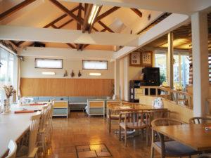 天井も高く吹き抜けもあり、テーブルや座席もソーシャル・ディスタンスを充分に保っている。秋メニューのスイーツなどカフェタイムの利用も歓迎している