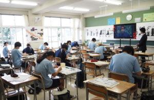 「伝統文化体験」では、京都の職人とZoomでつながり京都扇子をデザインし制作した