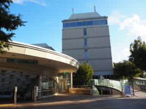 接種会場は「協生館」2階。日吉駅の地上改札側からもスロープがあり、段差がなくアクセスができる