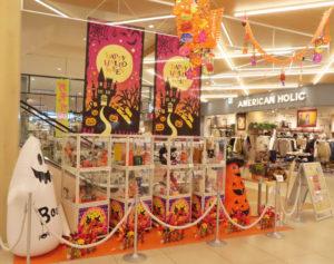 アピタテラスの館内には、専門店会によるハロウィンを盛り上げる展示も登場(1階・北綱島交差点側のエスカレーター前)