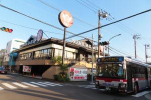 「プレミアムカルビ港北日吉店」は、日吉駅東口発着の「日93~95」系統や、綱島駅からの「日92」系統の東急バスでアクセスしやすい場所にある(10月14日)